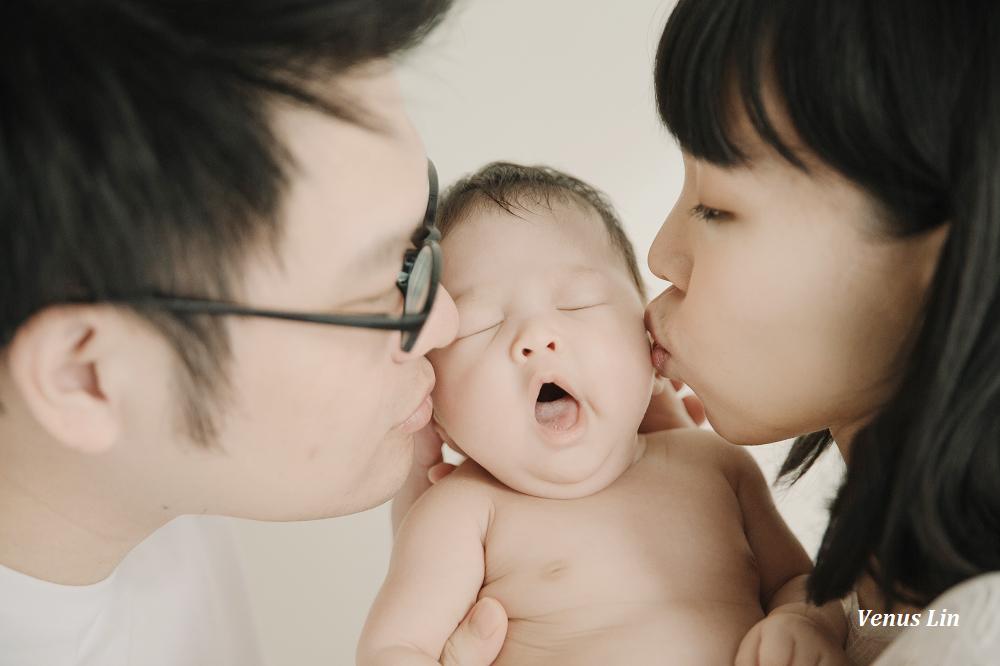 菲菲滿月全家福 x 小古團隊,寶寶每天都不一樣!幸好有拍照留念!
